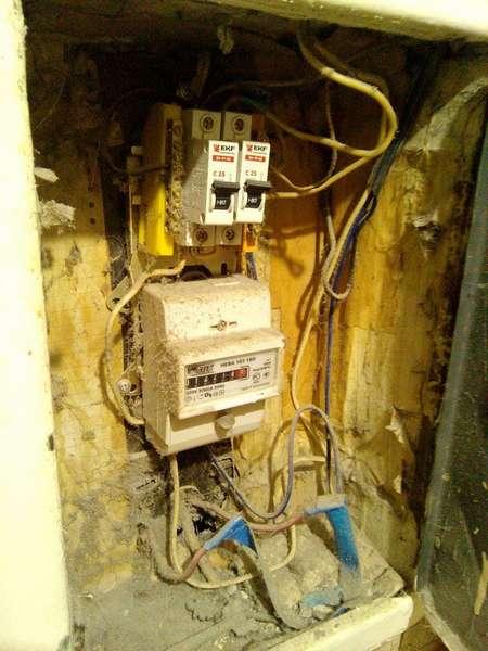 Не стоит доводить электрощит до такого состояния. Электрические счетчики выходят из строя при попадании внутрь пыли