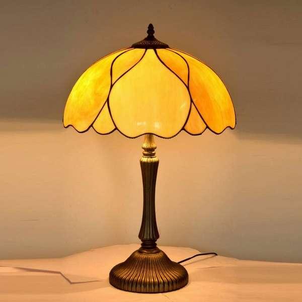 Античная лампа из светлого матового стекла – одна из разновидностей стиля Тиффани