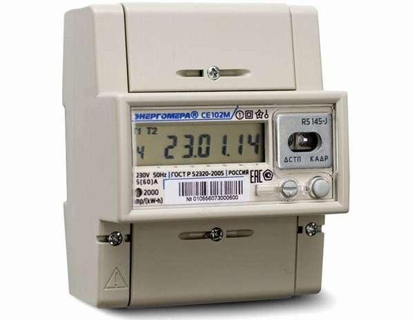 Энергомера СЕ102 R5 145-A с виду неотличим от обычного электромеханического счетчика