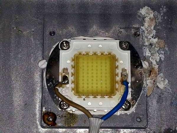При ремонте светодиодных прожекторов мощные сборки из нескольких полупроводниковых приборов меняют на новые аналоги. Отдельные элементы в них исправить в домашних условиях невозможно