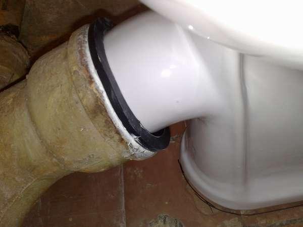 стыковка унитаза с косым выпуском с чугунной трубой