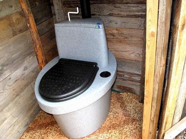 Торфяной туалет – после использования нужно повернуть ручку на «бачке»