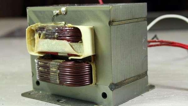 Вот так выглядит трансформатор, только что вынутый из микроволновки.