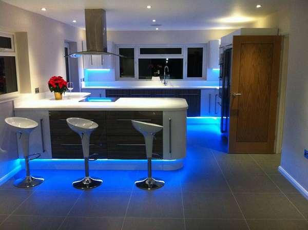 Светодиодная подсветка в дизайне современной кухни