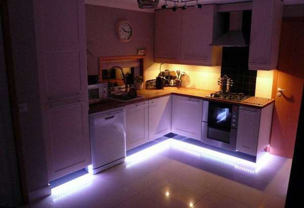 Яркая подсветка нижней части шкафов