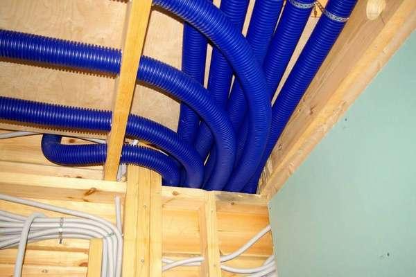 Гибкие воздуховоды также прекрасно прячутся под потолком и просты в монтаже