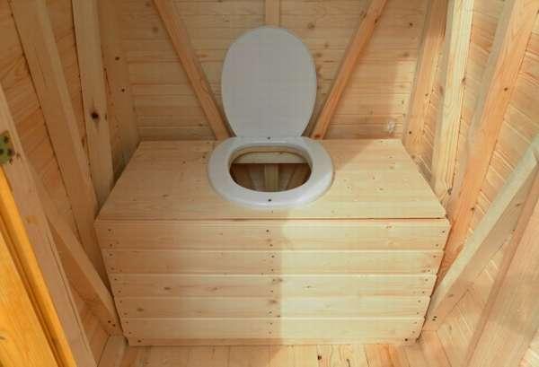 дачный туалет с унитазом