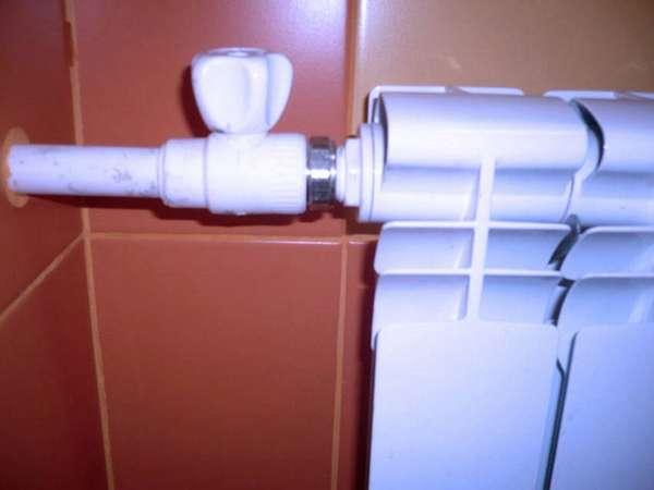 Такая запорная арматура не только поможет убавить тепло, но и выручит при необходимости замены радиатора
