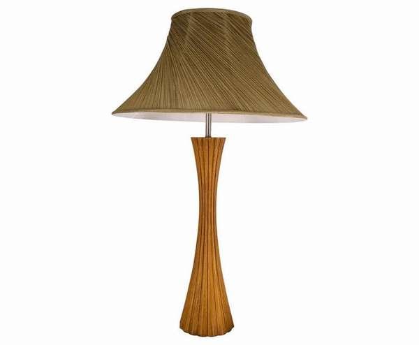 Фото настольного светильника классической формы, выполненного из натурального дерева, подчеркнет этнические мотивы квартиры