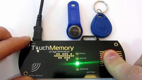 А это устройство считывает импульс ключа, после чего можно запрограммировать новый «чистый» чип на тот же сигнал