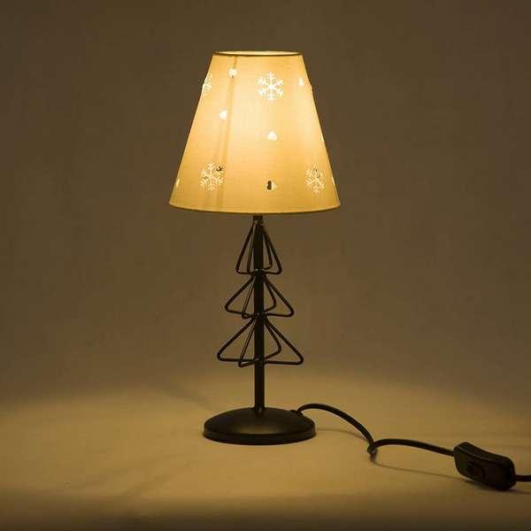 Оригинальный светильник с рассеянным мягким светом создает уютную атмосферу. А основание в виде елочки добавит изюминку в ваш интерьер