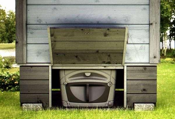 Задний люк для извлечения резервуара торфяного туалета