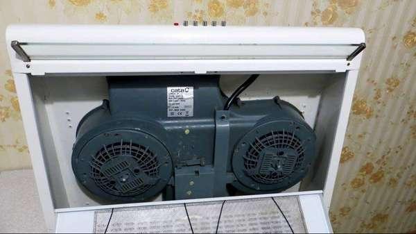 Два вентилятора в вытяжке