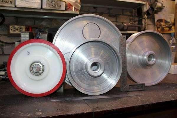 Колесо для обтачки с полиуретановым покрытием. Оно очень удобно при корректировке и шлифовке вогнутых спусков изделий