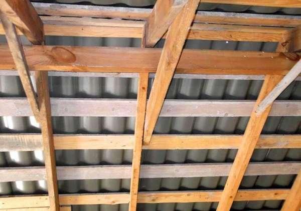 Для вентиляционного зазора достаточно толщины обрешетки, обычно она не превышает пяти сантиметров