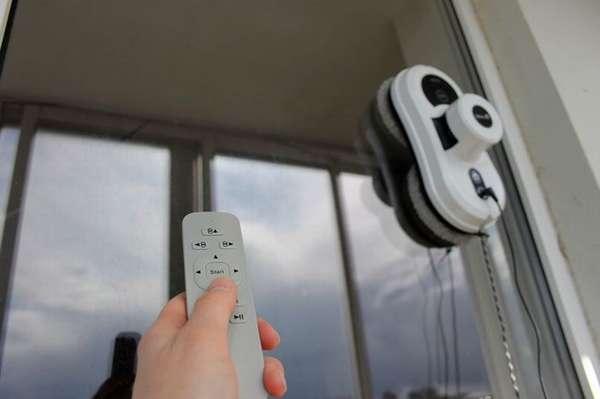 Пользователю надо только нажать на кнопку пульта дистанционного управления – робот для мытья окон автоматически очистит поверхность