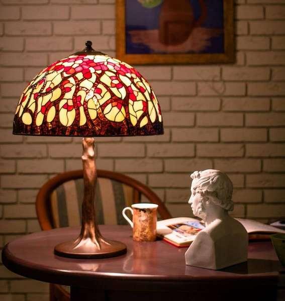 Яркая лампа с геометрическим витражным рисунком и ножкой, напоминающей ствол дерева