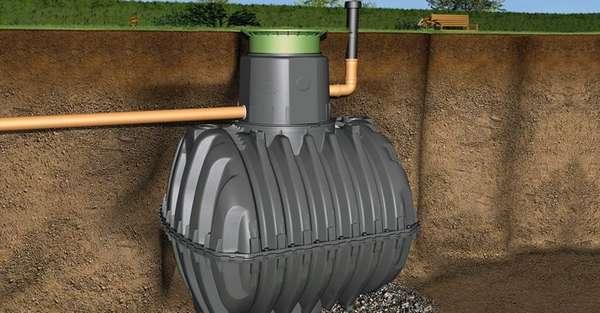 Крупный резервуар устанавливают под землёй, чтобы рациональным образом использовать территорию участка
