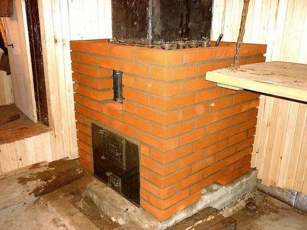 Простенькую печь можно обложить кирпичом или камнями, так вы увеличите площадь теплоотдачи