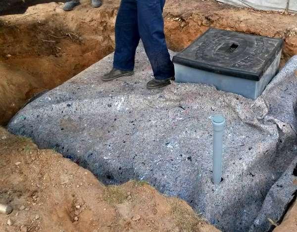 Перед тем, как окончательно закопать кессон, его лучше утеплить сверху